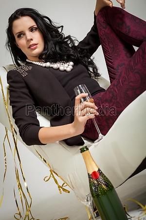 mujer celebrar celebra fiesta celebracion botella