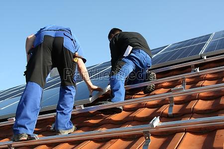 los obreros estan montando paneles solares