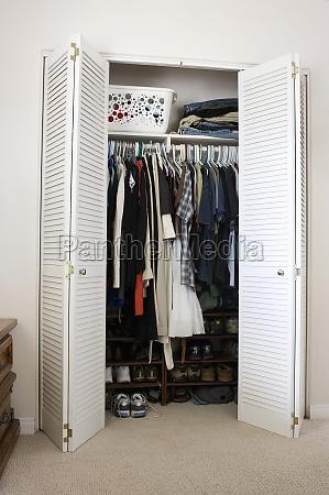 ropa y zapatos en el armario