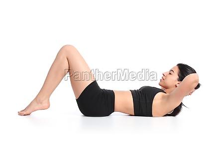 fitness mujer acostada haciendo abdominales descalzo