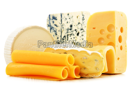 diferentes tipos de quesos aislados sobre