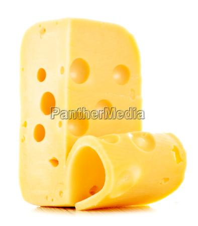 trozo de queso aislado en blanco