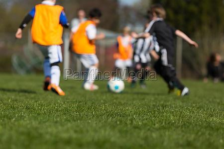 ninyos jugando futbol
