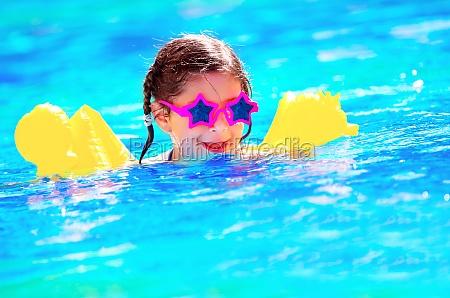 pequenya natacion linda del bebe en