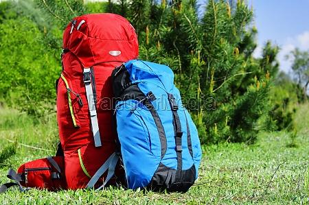dos mochilas turisticas en el prado