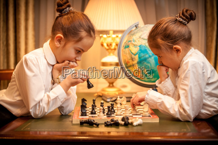 hermanas jugando al ajedrez