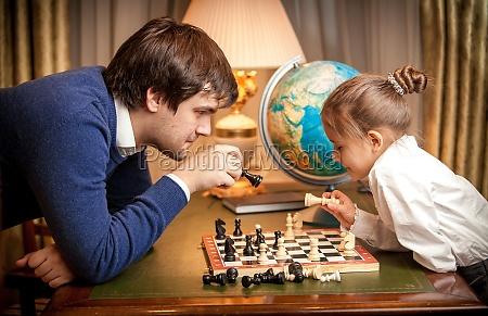 un hombre guapo jugando al ajedrez