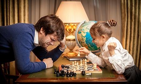 ninya gano el ajedrez al hombre