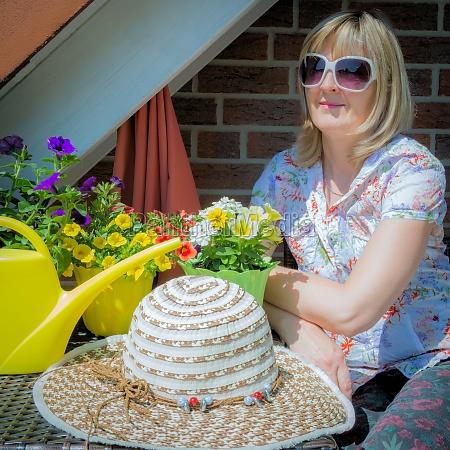 mujer, gafas, de, sol, sombrero, balcón - 11591503