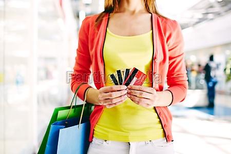 cliente con tarjetas de plastico