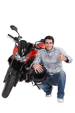 hombre con moto y casco
