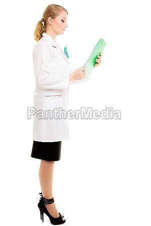 mujer doctora en bata de laboratorio