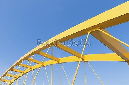 puente de arco amarillo