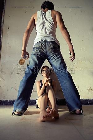 mujer herido abuso violar violentamente conyuge