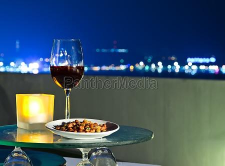 copa de vino con aperitivo