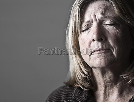 mujer femenino retrato triste horizontalmente tristeza