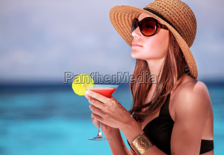 beba un coctel en la playa