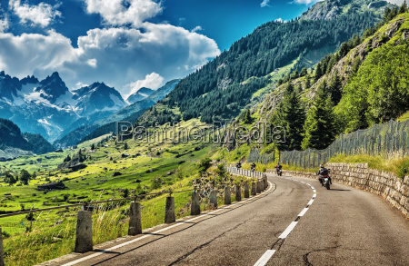 grupo, de, ciclistas, recorriendo, alpes, europeos - 11817455