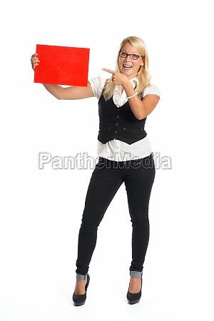 mujer rubia que sostiene senyal de