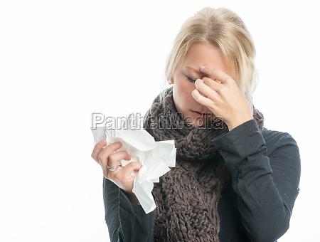 mujer rubia enferma con el panyuelo