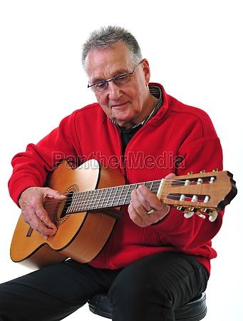 rusty pensioner toca la guitarra