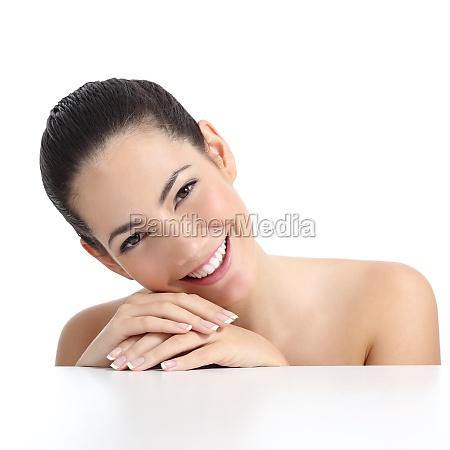 mujer de belleza con manicura de
