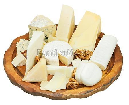 varios quesos placa aislada en blanco