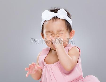 bebe estornudo