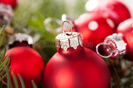 hermosas bolas rojas de navidad con