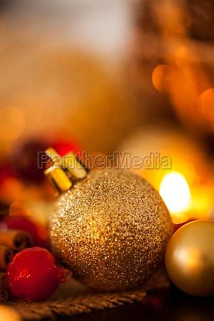 calidas decoraciones navidenyas doradas y naranjas