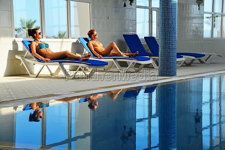 dos mujeres jovenes en la piscina