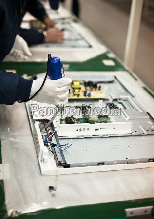 mano electronica industria produccion trabajo tecnologia