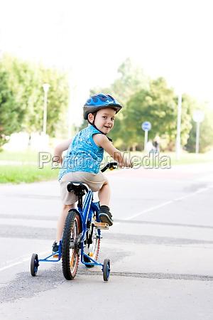 baby boy en bici con casco