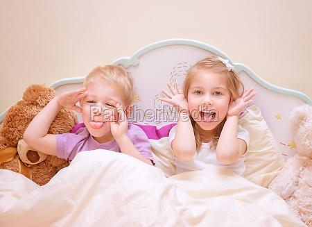 los ninyos felices hacen caras