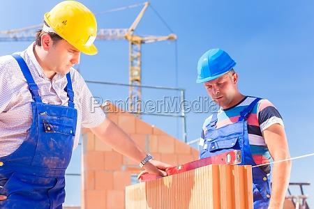 dos trabajadores de la construccion en