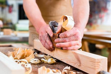 carpinteros o carpinteros al aserrar en