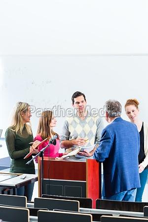profesor de preguntas del estudiante en