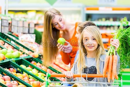 familia mientras compras en el mercado