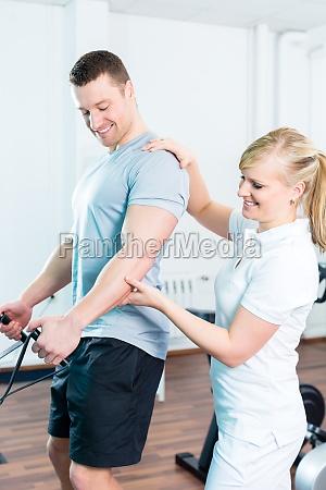 entrenador rehabilitacion paciente fondos de los