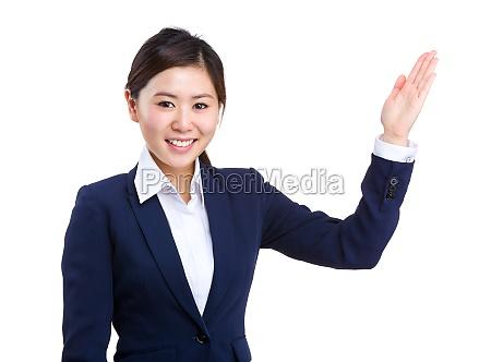 mujer gesto risilla sonrisas presente mostrar