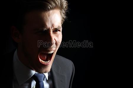 hombre de negocios enojado gritando aislado