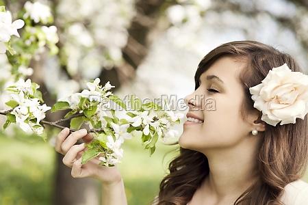 feliz, joven, disfrutando, de, la, fragancia - 12110176