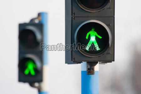dos luces verdes para peatones