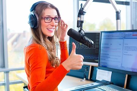 presentador de radio en la estacion
