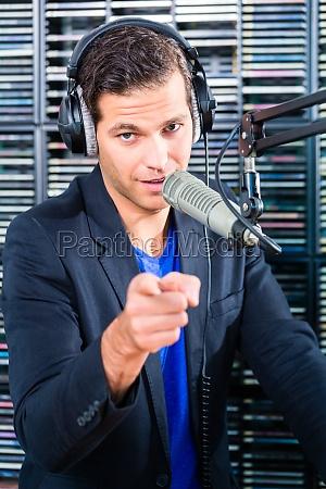 locutor de radio en emision