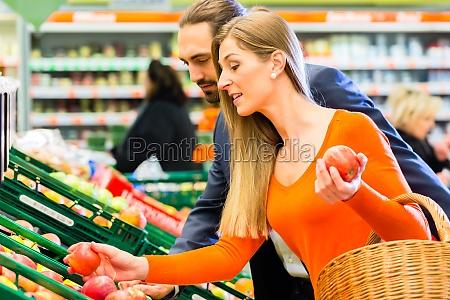 pareja recoge frutas en el mercado