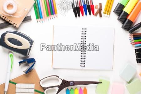 equipo escolar con cuaderno