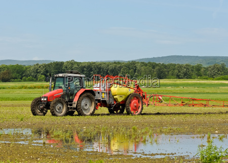 tractor agricultor spray fertilizar