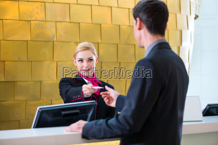 recepcionista cheques en el hombre al