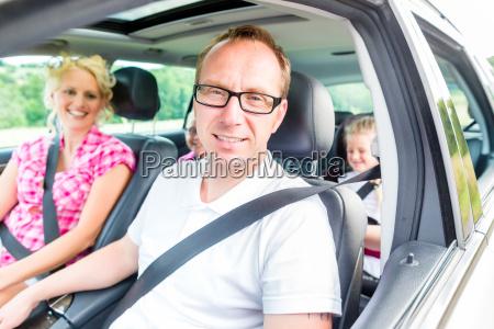 la familia lleva el coche a
